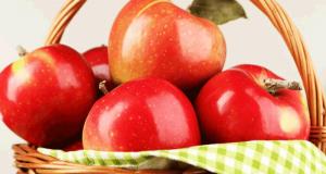 Distribution gratuite de pommes dans le cadre de la fête du vélo