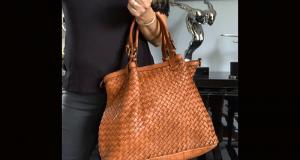 Un sac Ines tressé en cuir camel offert
